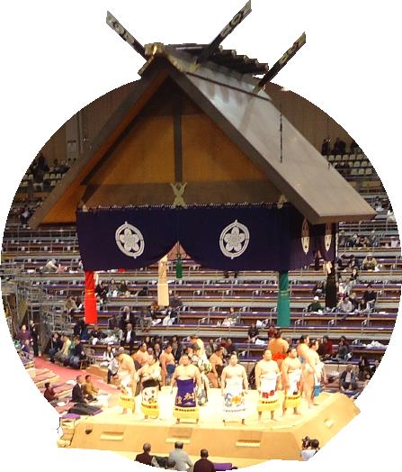 写真:大相撲力士が土俵を囲んでる様子