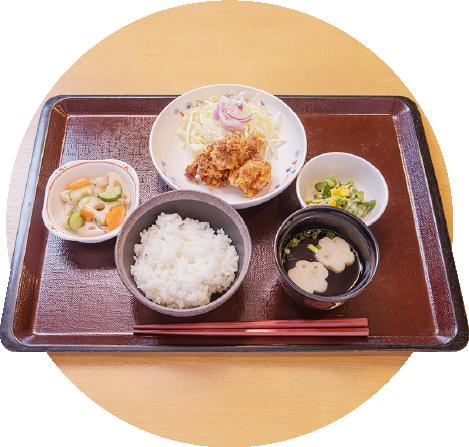 写真:ご飯と味噌汁、唐揚げが乗る御膳