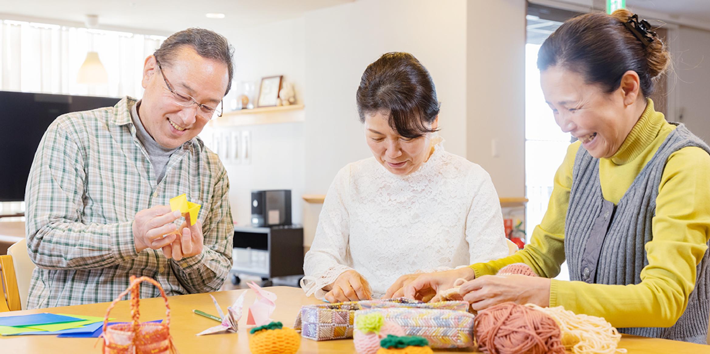 写真:折り紙を楽しむ利用者